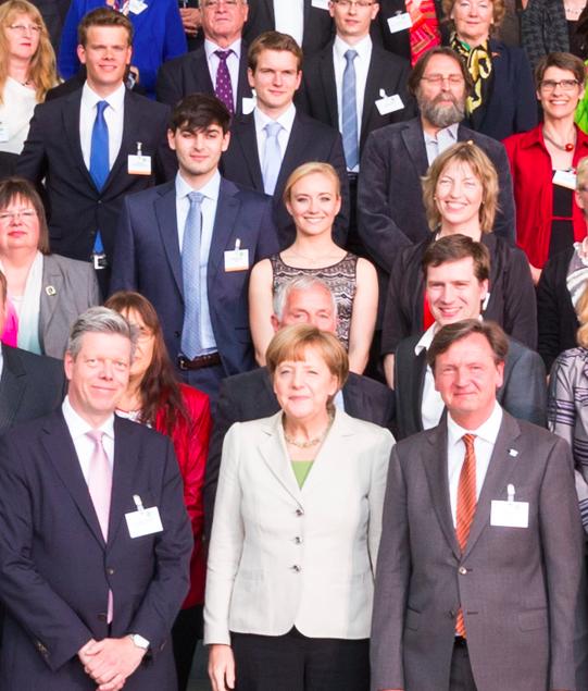 Vorsitzender Titus Brinker (2ter oben rechts) auf dem Gruppenbild mit Kanzlerin Angela Merkel. Copyright: startsocial e.V.