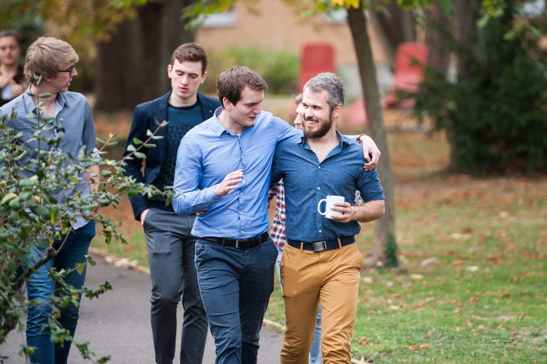 Medizinstudent Titus Brinker zeigt den Startbildschirm seiner kostenlosen neuen Smokerstop-App