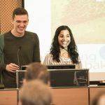 Humorvoll gehaltener Vortrag von Caelán Haney und Aayushi Srivastava