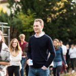 Fabian Buslaff hat sich erfolgreich für den Vorstandskoordinator Lehre beworben (lächelnd mit Tasse)