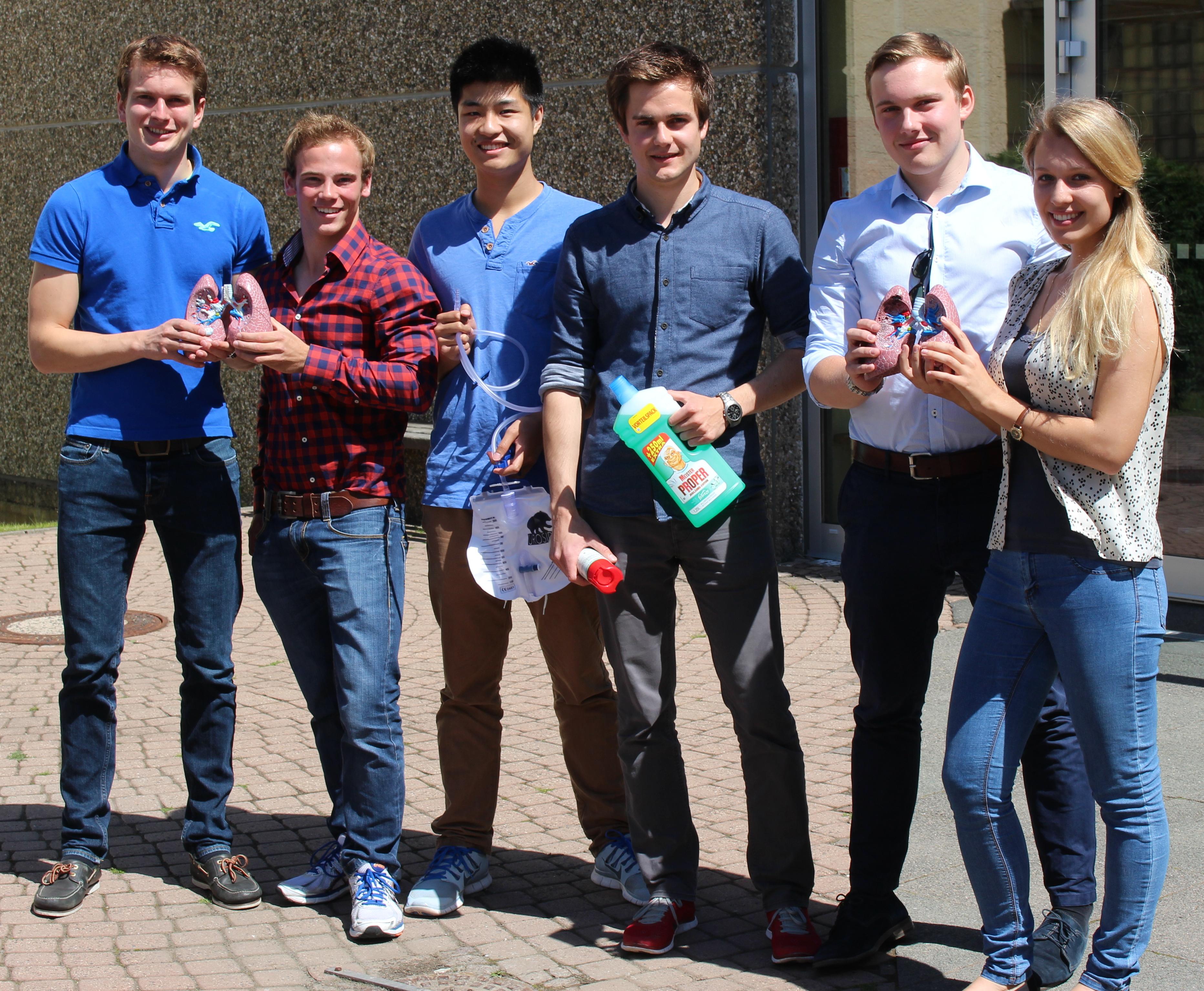 Die Giessener Medizinstudenten (v.l.) Titus Brinker, Christoph Becker, Kevin Lo, Hannes Tabert, Felix Hofmann und Laura Schwab.JPG