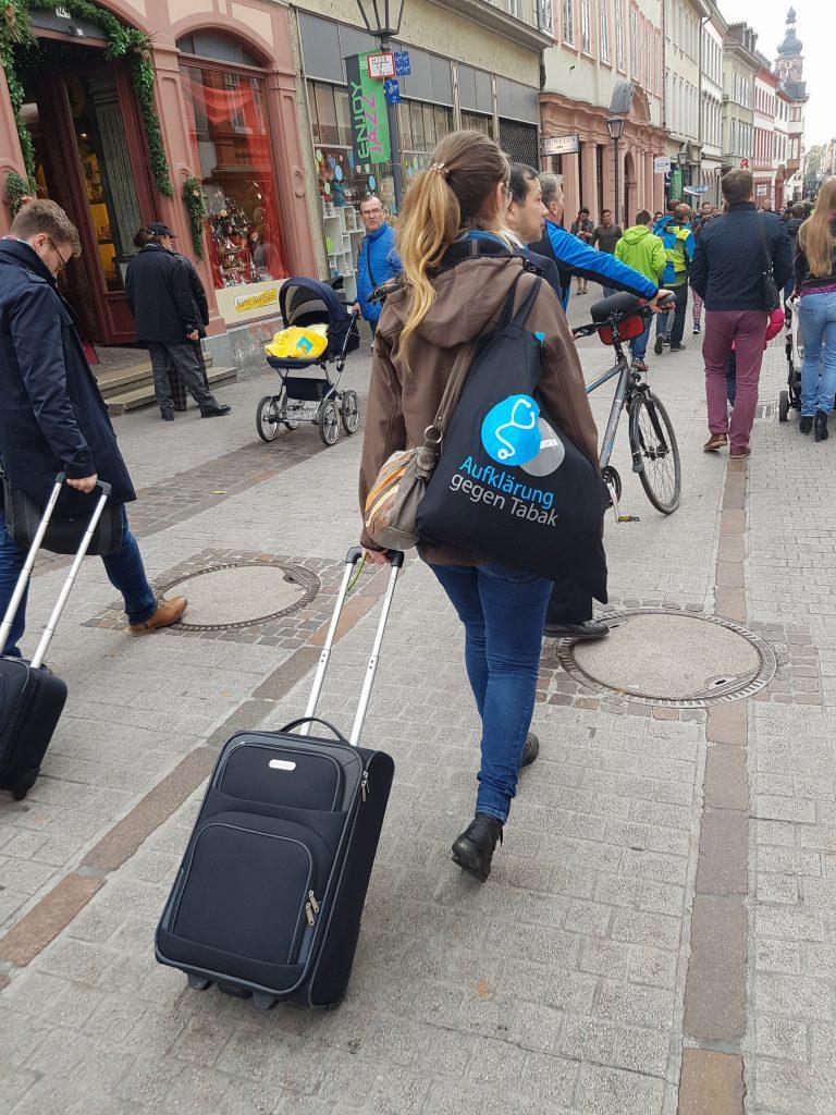 Gruppenleiterin Janina Suhre auf dem Weg zum Bahnhof.