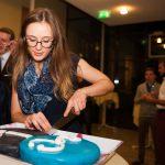 Janina schneidet den Kuchen an :)