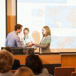 Viel Zusammenarbeit und Austausch: Titus Brinker überreicht die Vorstandstasse für eine erfolgreiche Amtszeit
