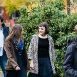 Ailis Haney (Mitte) trifft bekannte Gesichter wieder-