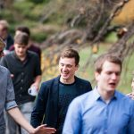 Dominik Penka (links, Gießen) und Caelán Haney (lachend, Mitte, Heidelberg) im Gespräch